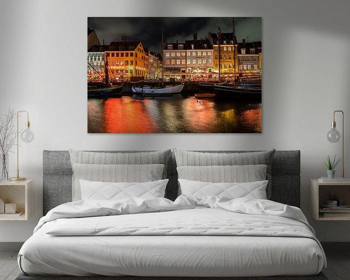 Sfeerimpressie: Kleurrijke avond in Nyhavn in de stad Kopenhagen van Manon van Goethem