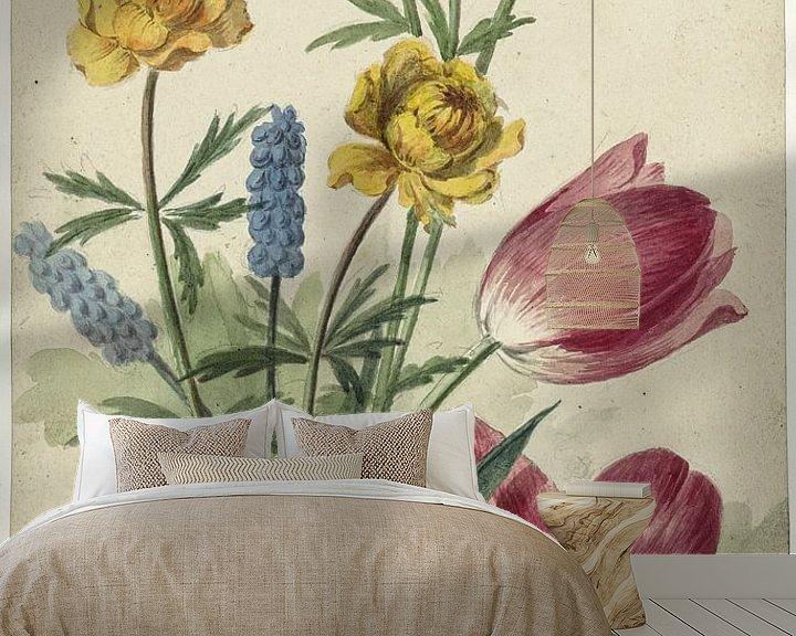 Sfeerimpressie behang: Boeket van tulpen, viooltjes, blauwe druifjes en dotters, Willem van Leen