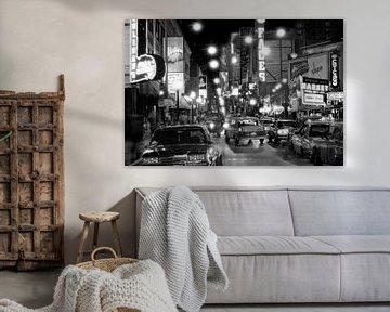Rush-Straße in der Nacht Chicago 1983 von Timeview Vintage Images