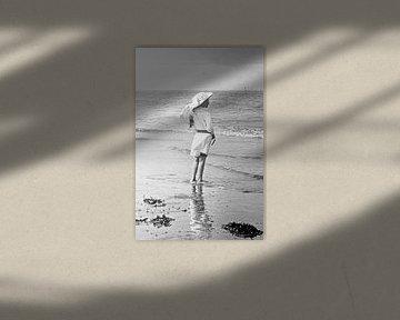 Meisje op het strand jaren '20 van Timeview Vintage Images