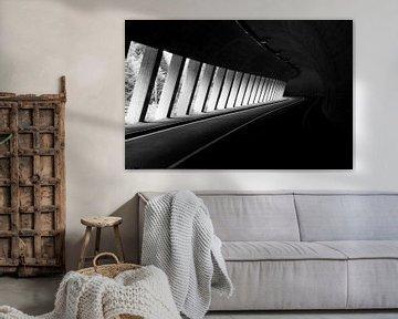 Weg door tunnel in zwart-wit van Maike Meuter