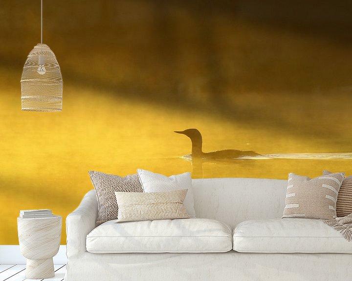 Sfeerimpressie behang: Roodkeelduiker in de ochtendmist. van Alex Roetemeijer