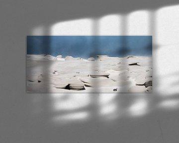 Storm maakt zandsculptuur in de duinen van Ameland van Bas Ronteltap