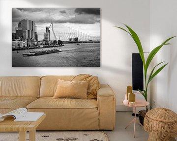 Erasmusbrücke und Noordereiland in Rotterdam (Schwarz-Weiß-Foto) von Mark De Rooij