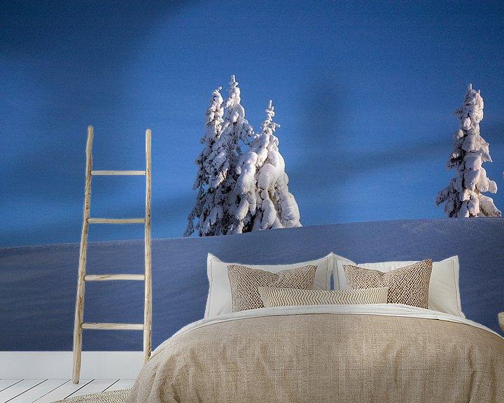 Sfeerimpressie behang: Een winterlandschap in de blauwe koude lucht van Barbara Koppe