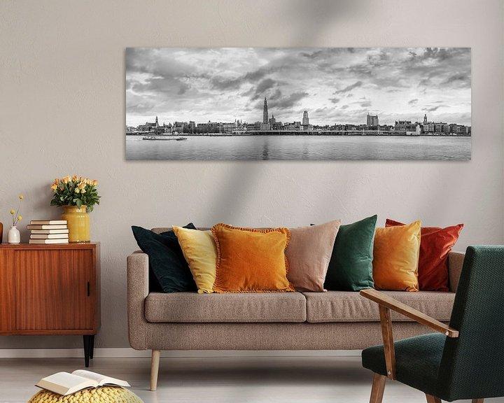 Sfeerimpressie: Antwerpen  Scheldekaaien Skyline , monochroom panorama. van Maarten Visser