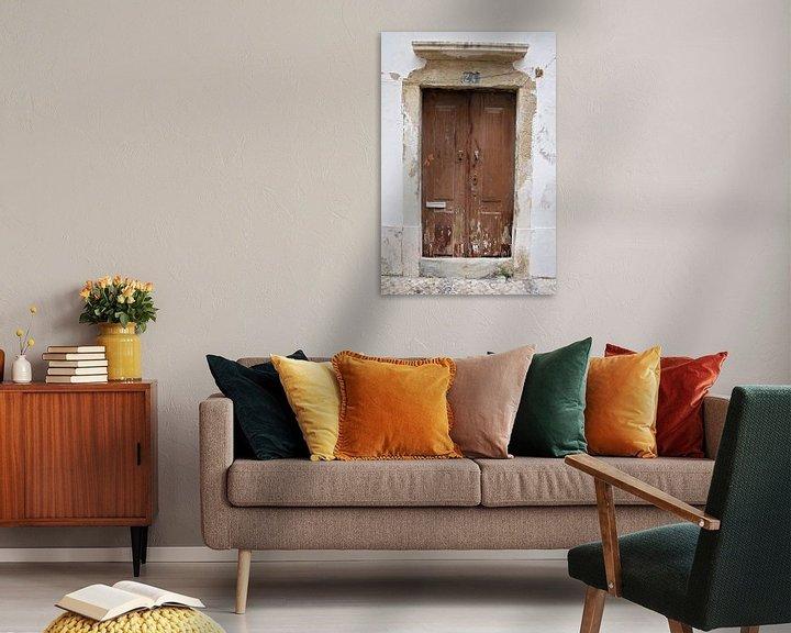 Sfeerimpressie: verweerde houten deur van Marianne Bras
