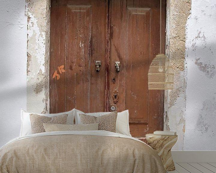Sfeerimpressie behang: verweerde houten deur van Marianne Bras