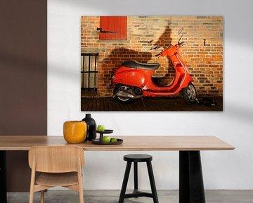 Rode Vespa Scooter von Wiljo van Essen