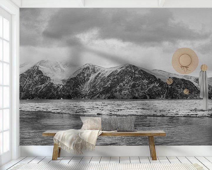 Sfeerimpressie behang: Panorama mysterieuze berg Antartica van Eefke Smets