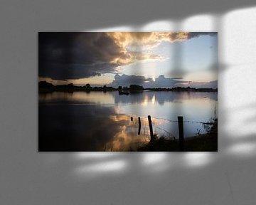 Reflectie van de zonsondergang bij de jachthaven in Deventer van Rene Metz