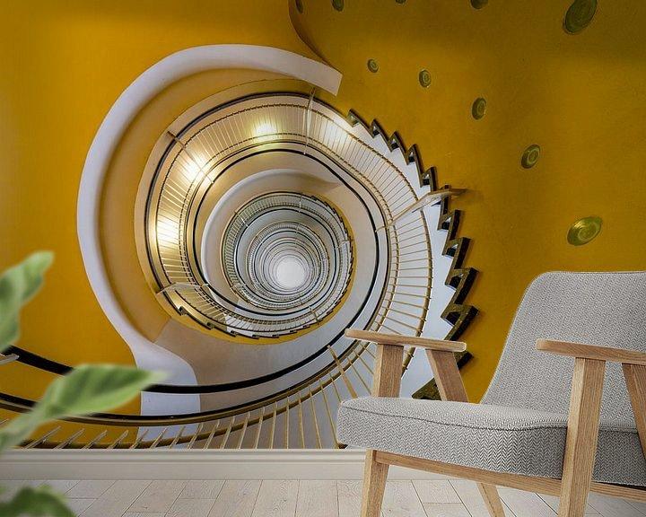 Sfeerimpressie behang: Gele wenteltrap van Maerten Prins