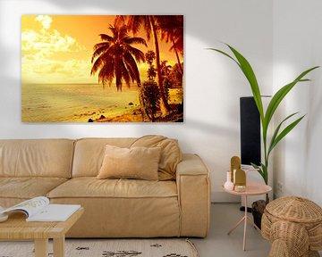 Tropische zonsondergang met strand en palmbomen