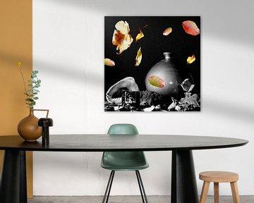 Schwarzes weißes Stillleben mit farbigen Blättern von Cora Unk