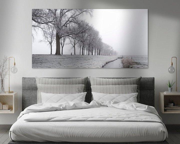 Sfeerimpressie: IJzig de winterlandschap tijdens een vroege nevelige ochtend  van Sjoerd van der Wal