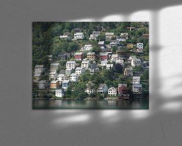 Huizen aan overkant fjord in Noorwegen von Toon Loonen