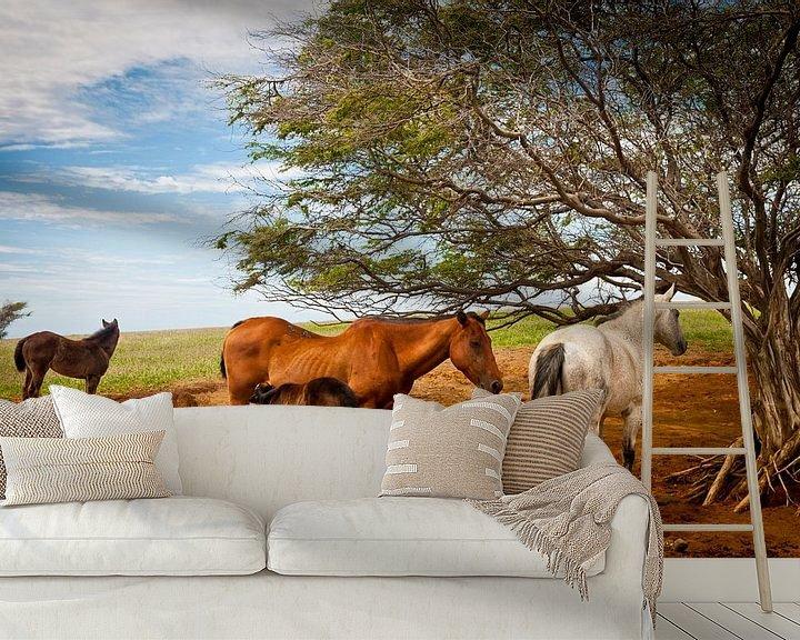 Sfeerimpressie behang: Paarden en veulens onder een boom in een weiland van Ellis Peeters