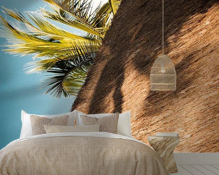 Sfeerimpressie behang: Palmboom in de schaduw.  van Ellis Peeters