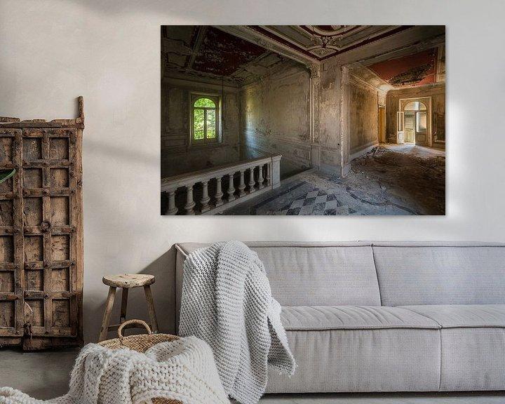 Sfeerimpressie: Verlaten Hal in Villa. van Roman Robroek