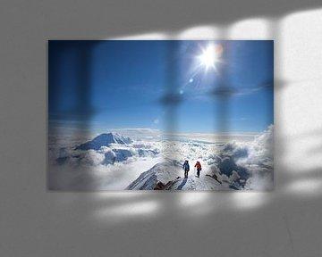 Twee alpinisten boven de wolken op de berg Denali in Alaska