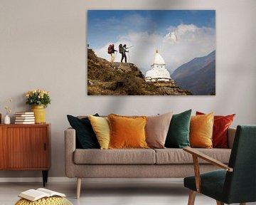 Bergwanderer mit buddhistischer Stupa auf dem Everest Base Camp Trek in Nepal von Menno Boermans