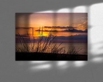 Zonsondergang aan de kust. van Retinas Fotografie
