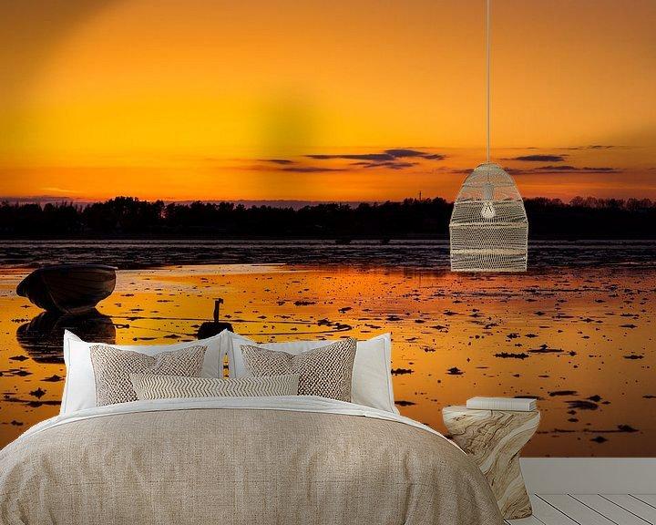 Sfeerimpressie behang: Zonsondergang met vissersboot van Jan Peter Mulder