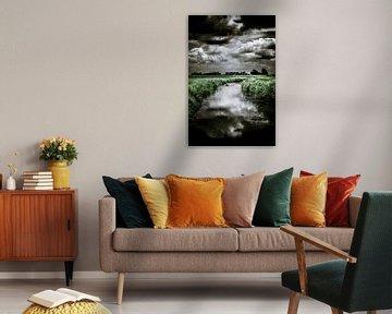 Donkere wolkenlucht boven het polderlandschap van Nieuw-Vossemeer (Brabant) (staand) von Fotografie Jeronimo