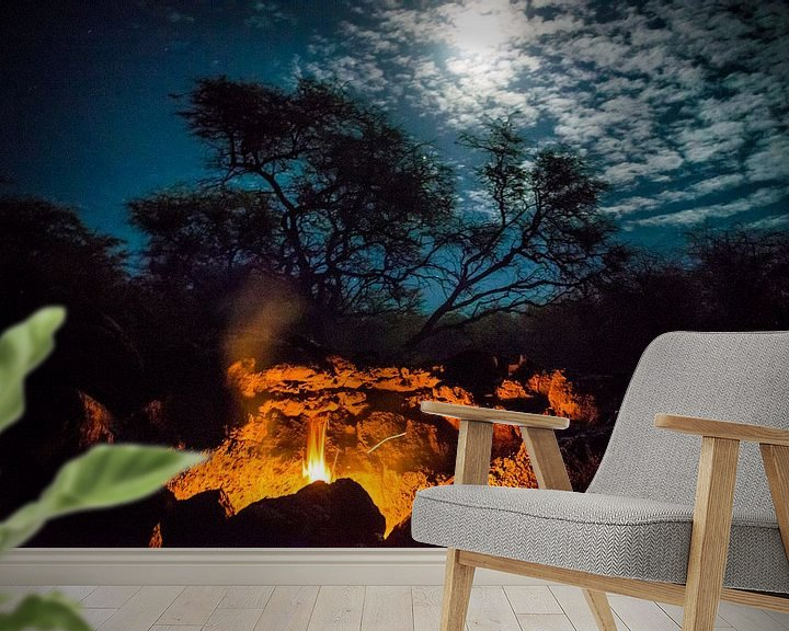 Sfeerimpressie behang: Vuur bij maanlicht  van Ellis Peeters