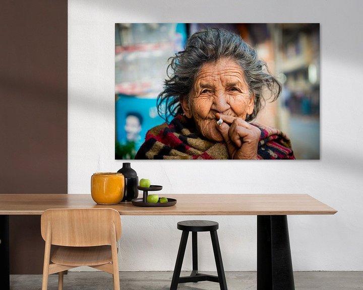 Sfeerimpressie: Oude Nepalese vrouw rookt sigaret van Ellis Peeters