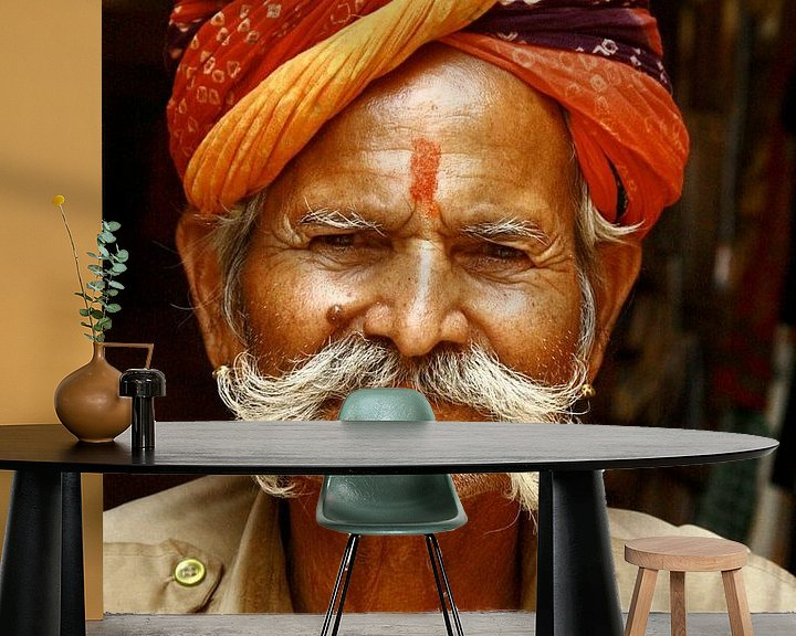 Sfeerimpressie behang: Winkelier  in Jaisalmer van Rosemarijn Groenink