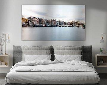 Amsterdam, die magere Brücke und der Fluss Amstel von Arjan Almekinders