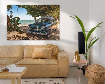 Cuban car on the beach van Andreas Jansen