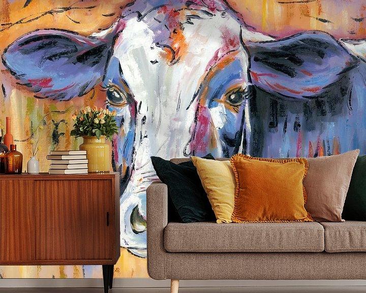Sfeerimpressie behang: Mmmmmmmoo - Koeien Schilderij De Denkende Koe - Koeien Kunst Koeienkunst van Kunst Company