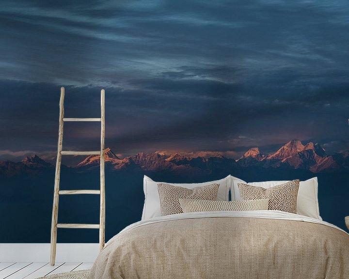 Sfeerimpressie behang: Zonsondergang Himalaya met bewolking  van Ellis Peeters