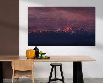 Zonsondergang Himalaya met roze gloed van Ellis Peeters