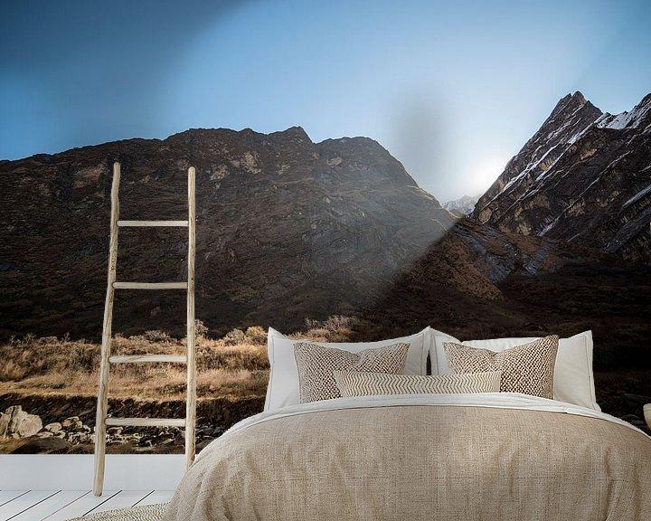 Sfeerimpressie behang: Zon komt tussen de bergen van Ellis Peeters