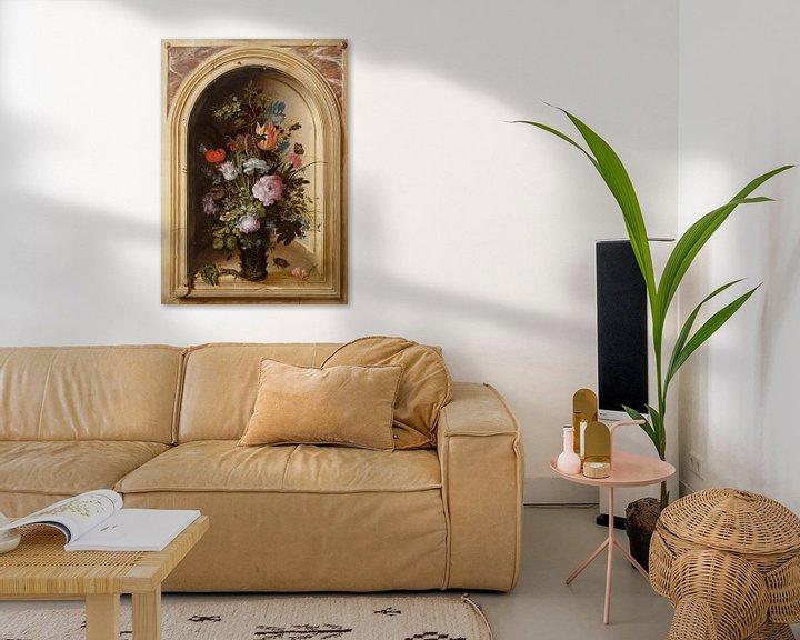 Sfeerimpressie: Vaas met bloemen in een stenen nis, Roelant Savery