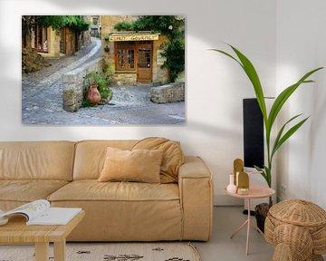 Typisch Frans straatbeeld met een deli in de Dordogne streek