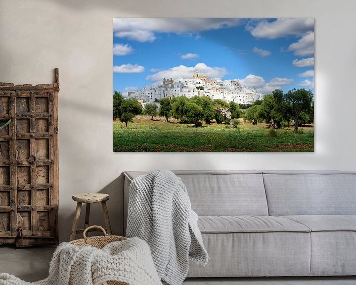 Sfeerimpressie: De witte stad Ostuni in Apulië met olijfbomen van iPics Photography