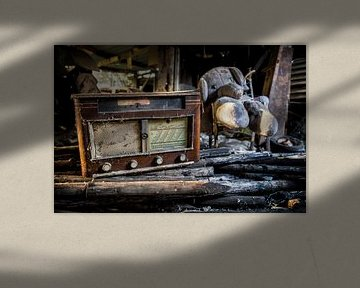 Een oude radio met knuffel op een verlaten locatie