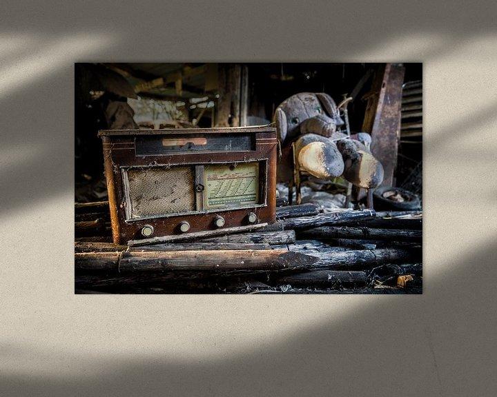 Sfeerimpressie: Een oude radio met knuffel op een verlaten locatie van Steven Dijkshoorn