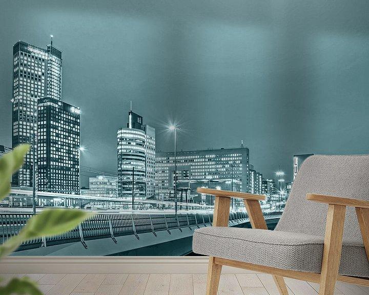 Sfeerimpressie behang: Ochtendspits op de Kop van Zuid - monochroom van Frans Blok
