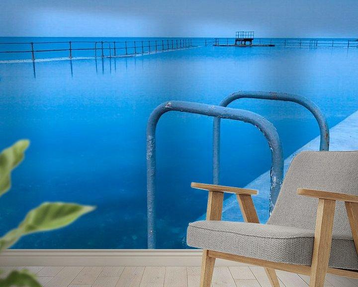 Sfeerimpressie behang: Zwemtrap bij een zeezwembad in Guernsey van Ron ter Burg