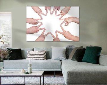 Handen van kinderen vormen een ster van Ben Schonewille
