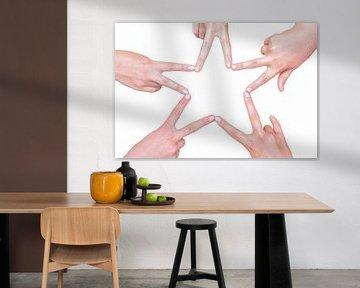 Handen van meisjes maken vijfpuntige ster van Ben Schonewille