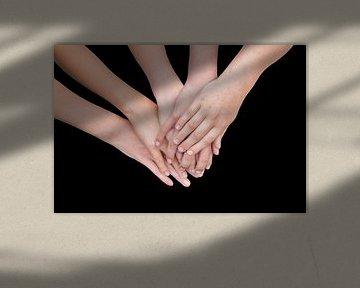 Mehrfache Arme von Kindern mit den Händen zusammen auf schwarzem Hintergrund von Ben Schonewille