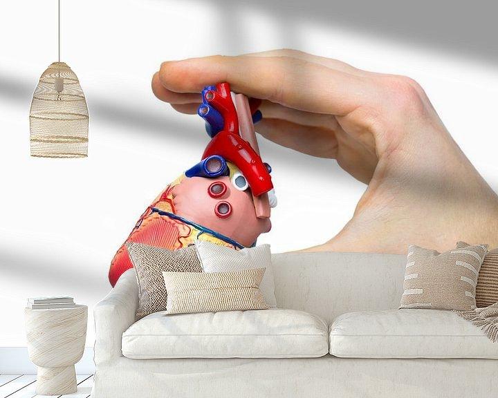 Sfeerimpressie behang: Hand toont model menselijk hart  van Ben Schonewille