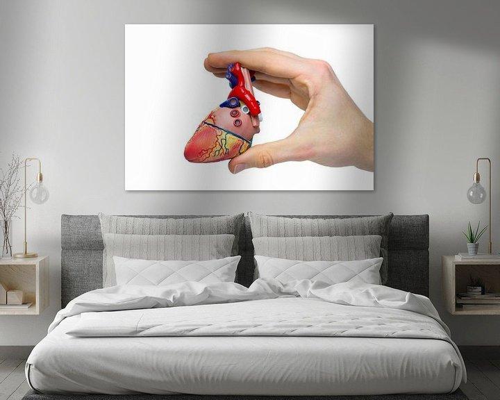 Sfeerimpressie: Hand toont model menselijk hart  van Ben Schonewille