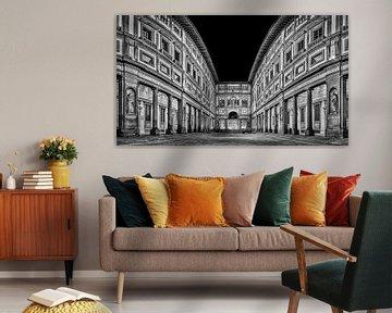 Uffizi Galerie Florenz in der Nacht in Schwarz und Weiß I von Teun Ruijters